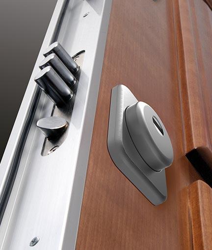 cerradura con tres bulones en la puerta