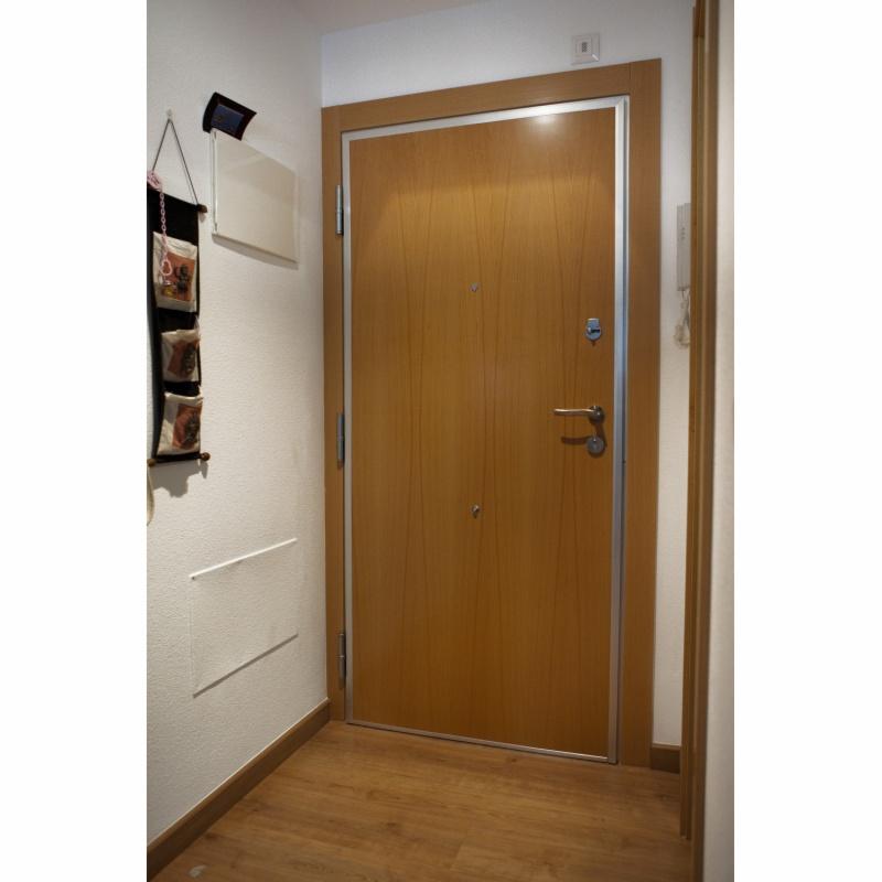 Puerta entrada casa top puertas entrada principal con for Casas con puertas de madera