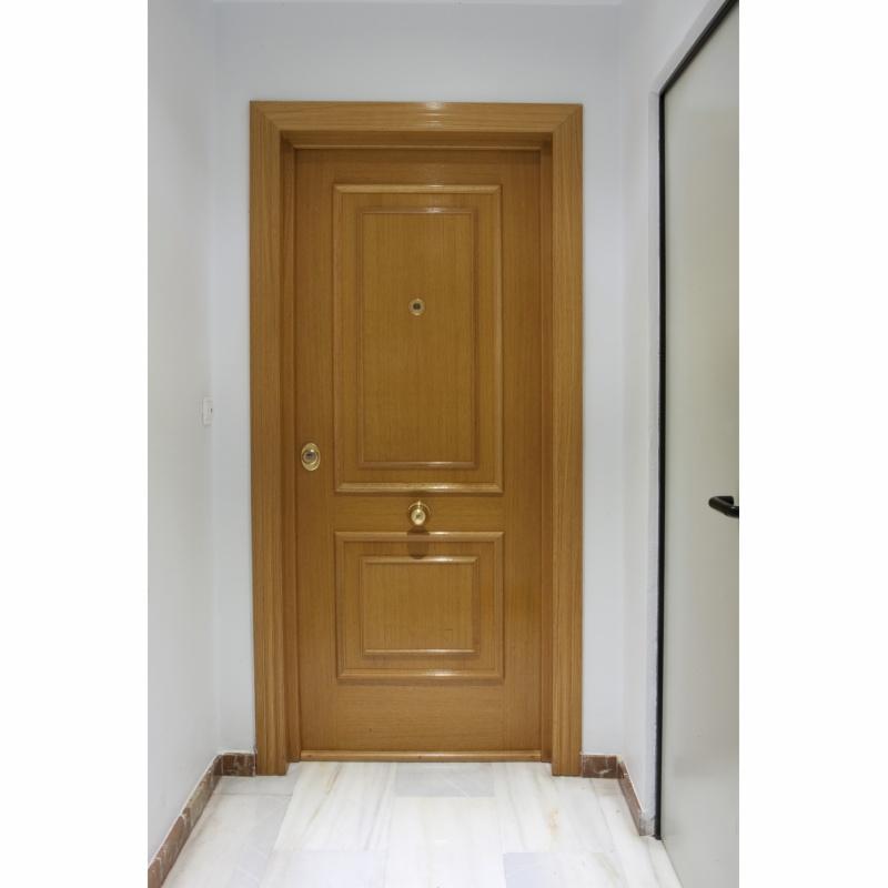 Puertas instaladas en apartamentos for Ver puertas de madera